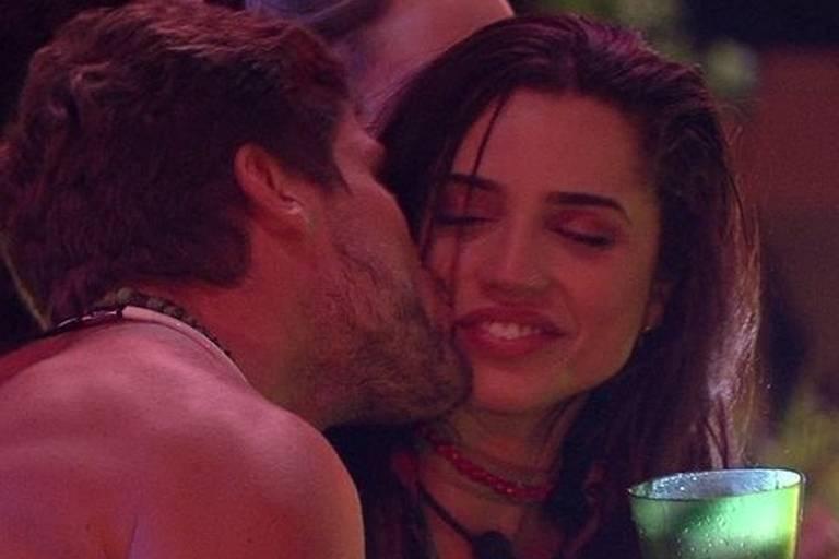 Breno e Paula se aproximam durante festa Amazônia no 'BBB 18'