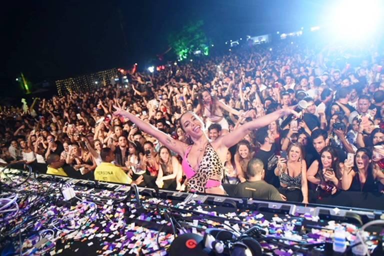 Anitta faz show surpresa em festa no Aeroporto de Jacarepaguá