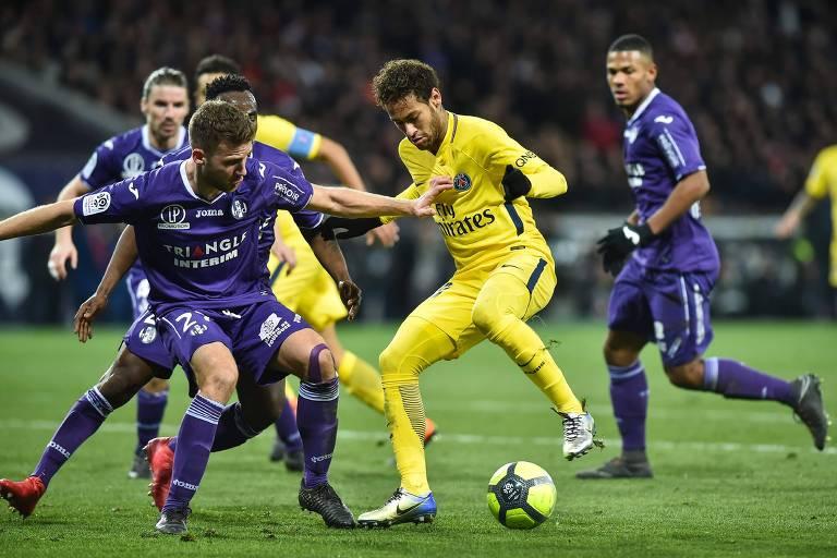 Neymar briga pela bola durante jogo contra o time do Toulouse pelo  Campeonato Francês ae6b00d37da2f