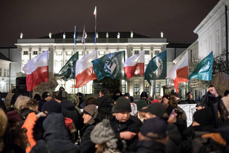 Extrema direita faz ato a favor de lei do Holocausto em Varsóvia