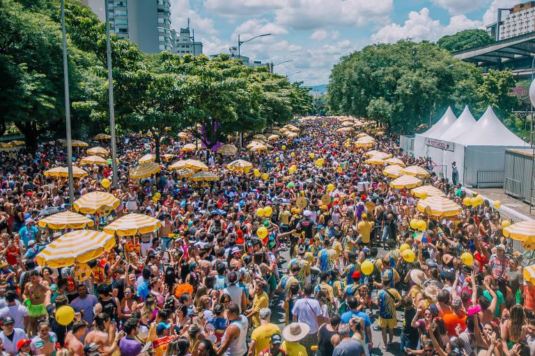 Bloco Vou de Táxi arrasta multidão pela avenida 23 de Maio