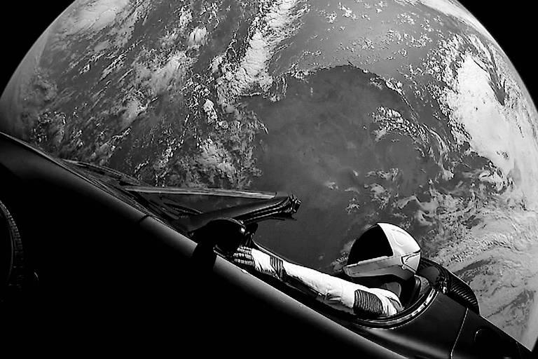 Carro de passeio Tesla Roadster e o boneco Starman, levados pelo foguete Falcon Heavy ao espaço