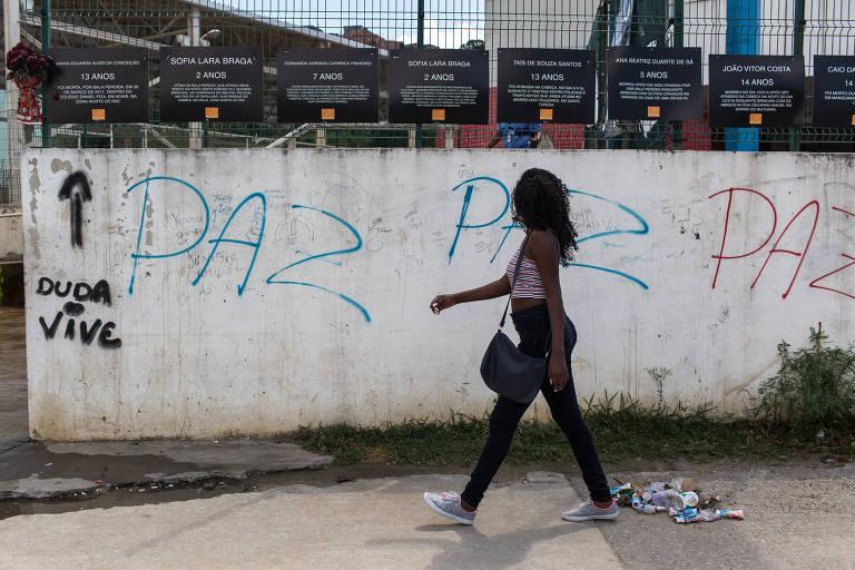 Escola municipal onde Maria Eduarda, 13, morreu com bala perdida no Acari (zona norte), motivando projeto de blindar muros e paredes de unidades