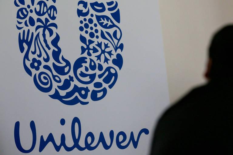 fotografia do logo da Unilever a com sombra de um homem
