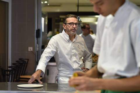 (FILES) This file photo taken on September 21, 2017 shows French chef Sebastien Bras posing in the kitchen of his three-star restaurant Le Suquet, in Laguiole, southern France, after announcing that he asked not to be included in the Michelin Guide starting in 2018. Sebastien Bras, chef of the three-star restaurant Le Suquet, announced on September 20, 2017, he asked not to be included in the Michelin Guide starting in 2018, to ease off on such a pressure. The upcoming 2018 Michelin guide will be umveiled on February 5, 2018. / AFP PHOTO / REMY GABALDA ORG XMIT: rga2281
