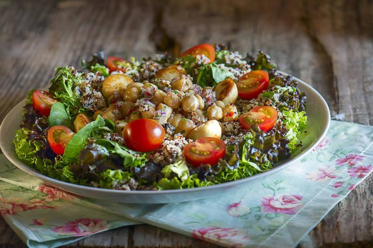 Salada de grão-de-bico (R$ 35) com quinoa, misto de folhas, tomatinhos, queijo coalho e molho de mel servida na Tartuferia San Paolo