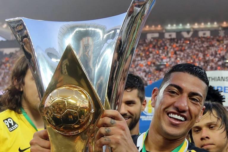 Ralf ergue troféu de campeão Brasileiro de 2015 pelo Corinthians