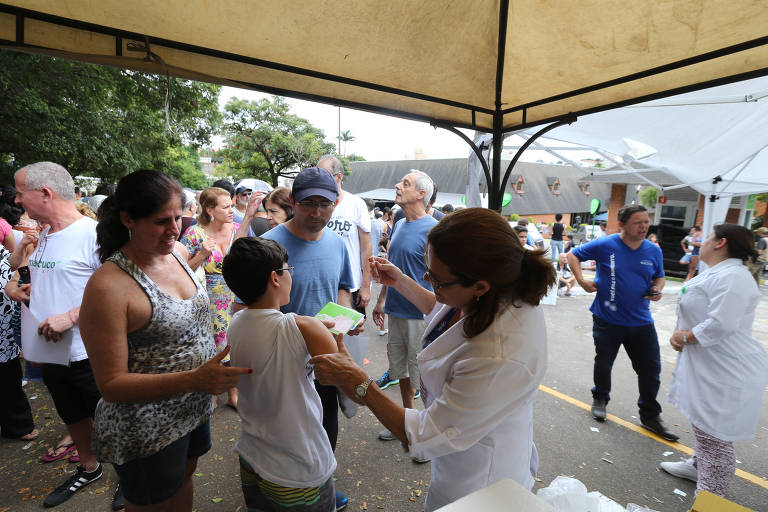Moradores da zona sul de São Paulo fazem fila em posto volante montado para vacinação contra a febre amarela