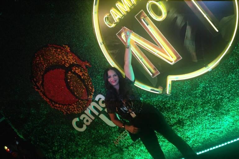 A modelo e empresária Luiza Brunet curte Carnaval em camarote no Rio