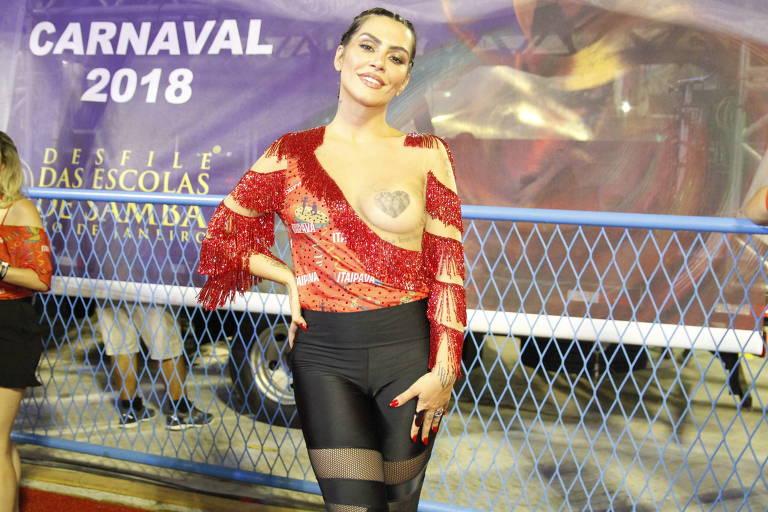 A atriz Cleo curte o Carnaval na Marquês de Sapucaí