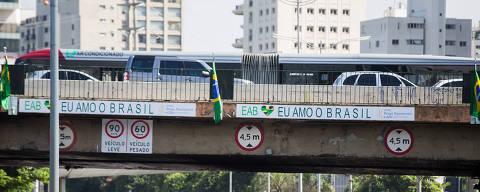 SAO PAULO -  SP - 07.02.2018 - Bandeiras do Brasil ponte Cidade Jardim. (Foto: Danilo Verpa/Folhapress, COTIDIANO)