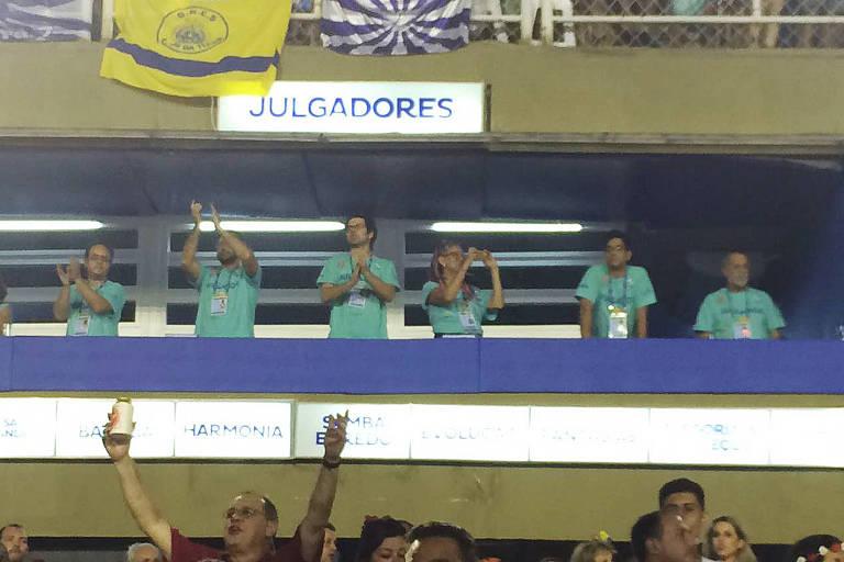 Jurados aplaudem o desfile da Beija-Flor