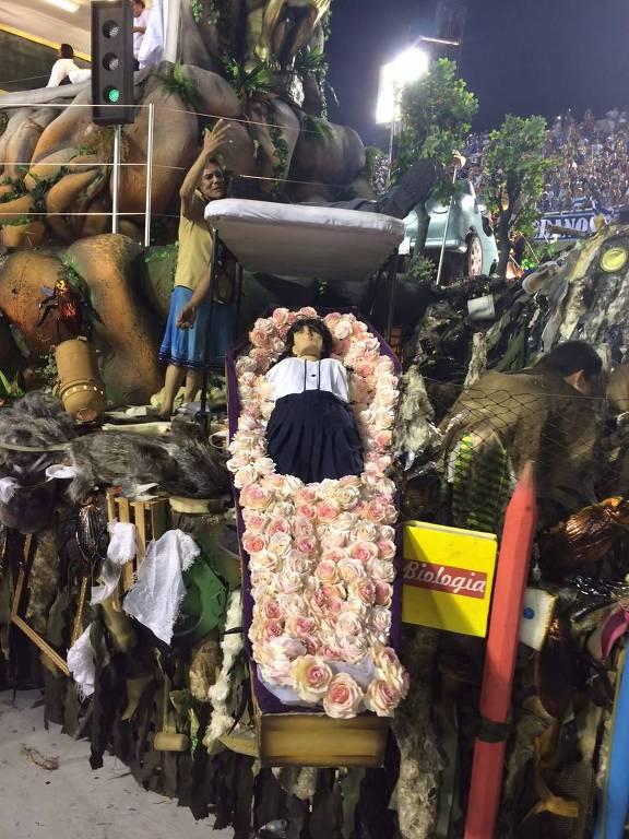 Carro da Beija-Flor encena a violência cotidiana do Rio de Janeiro