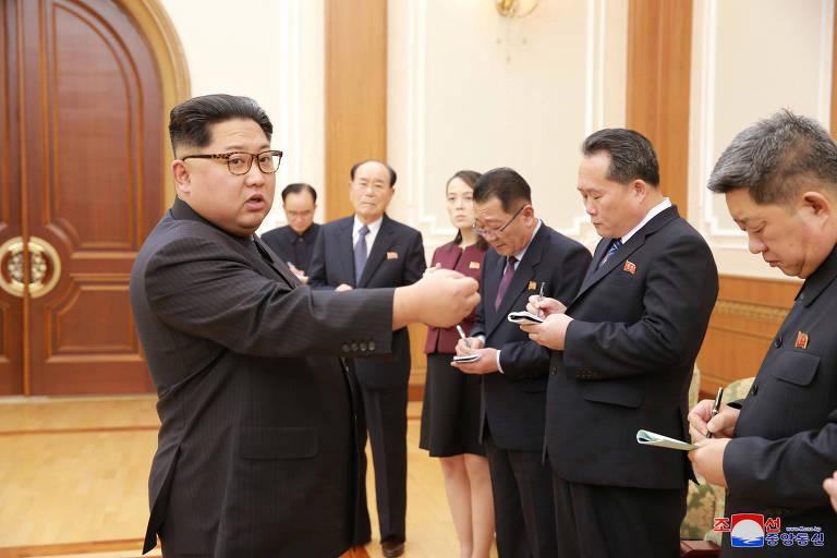 O ditador norte-coreano, Kim Jong-un, recebe membros da delegação que visitou a Coreia do Sul, entre eles sua irmã, Kim Yo-jong