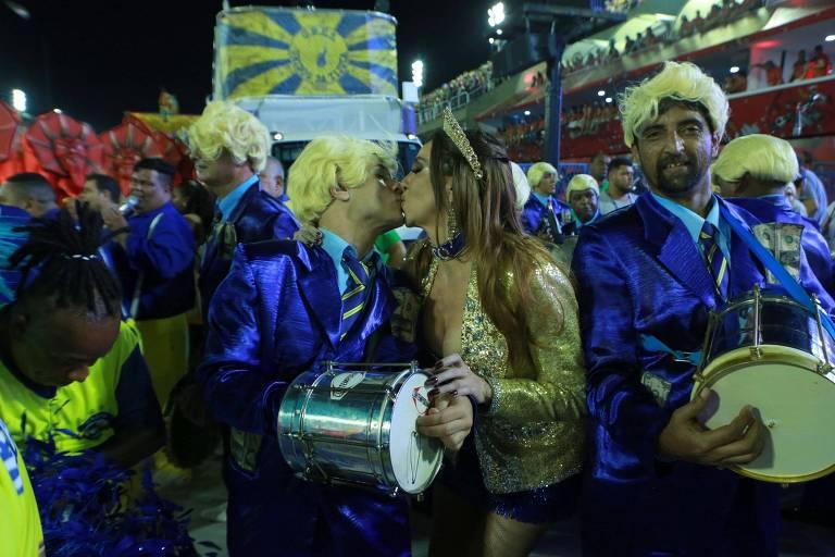 Marisa Orth beija namorado na bateria da Unidos da Tijuca no segundo dia de desfiles do Rio