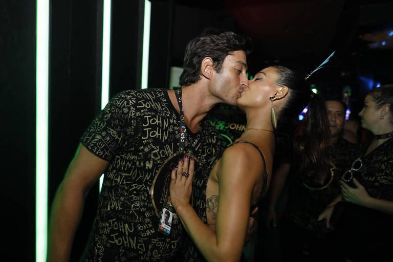 Isis Valverde beija André Rezende no segundo dia de desfiles do Carnaval no Rio de Janeiro