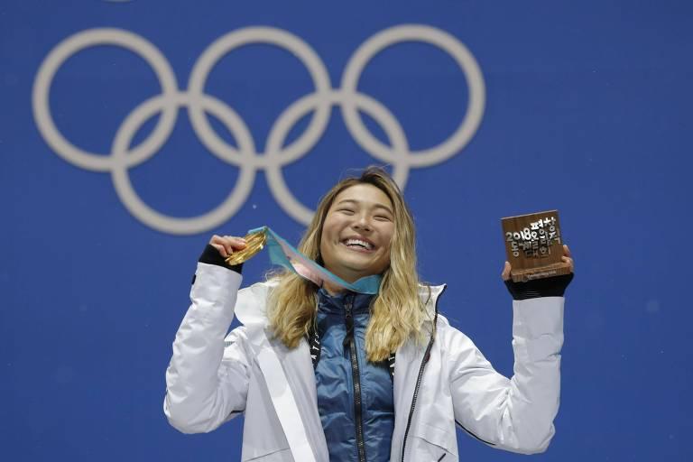 A norte-americana Chloe Kim recebe a medalha de ouro pela vitória no halfpipe nos Jogos de PyeongChang