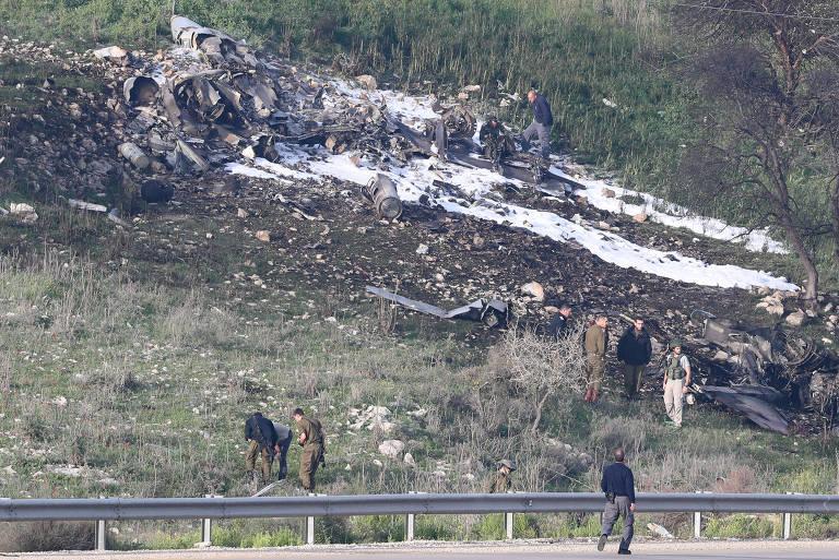 Destroços do caça israelense F-16 derrubado pela Síria no norte de Israel no sábado (10)