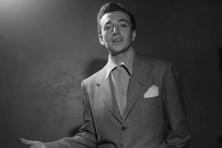 Cantor Vic Damone em estúdio nos anos 1940