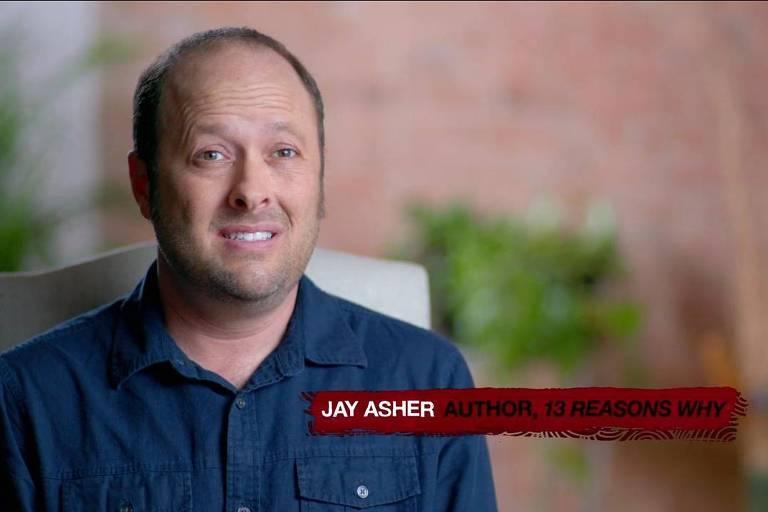 """Jay Asher, autor do livro """"Thirteen Reasons Why"""", em cena do documentário """"13 Reasons Why: Beyond the Reasons"""""""