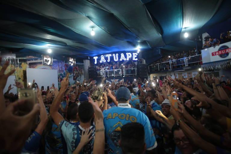 Integrantes Acadêmicos do Tatuapé chegam à quadra da escola com o troféu de campeã do Carnaval 2018