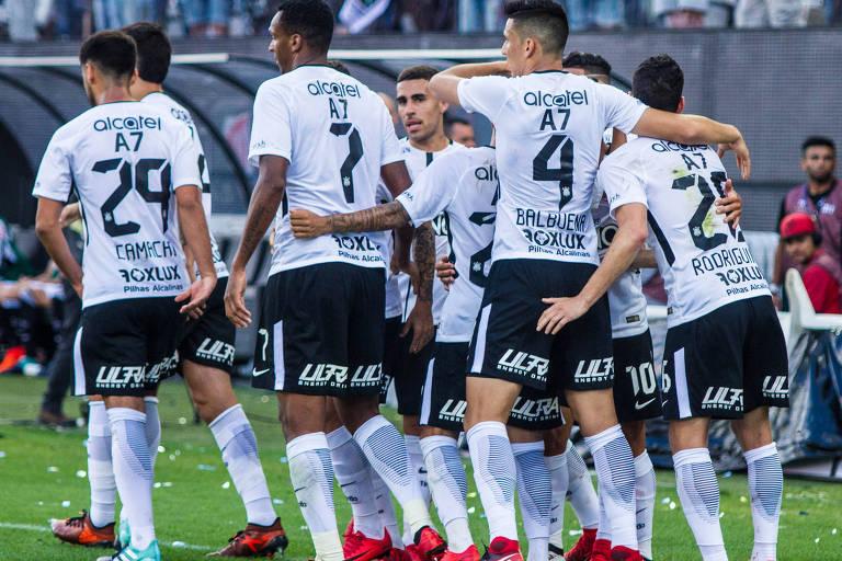 Jogadores do Corinthians se abraçam e comemoram gol da equipe em duelo contra o Atlético-MG, no que foi o último jogo do time da casa no Itaquerão, em 26 de novembro de 2011