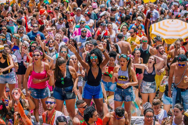 Multidão dançando e cantando no bloco Vou de Táxi, na avenida 23 de Maio