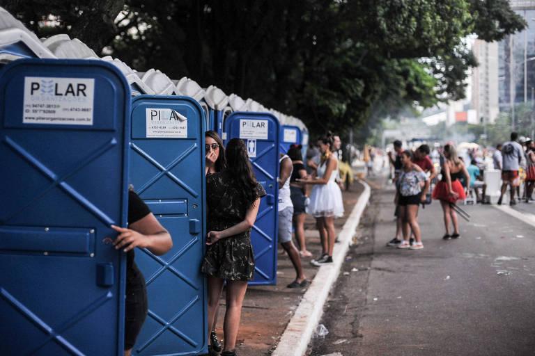 Foliões usam banheiros químicos no Carnaval da avenida 23 de Maio