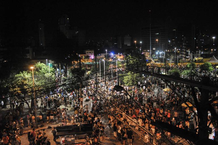Multidão durante a noite no largo da Batata após realização de blocos de Carnaval