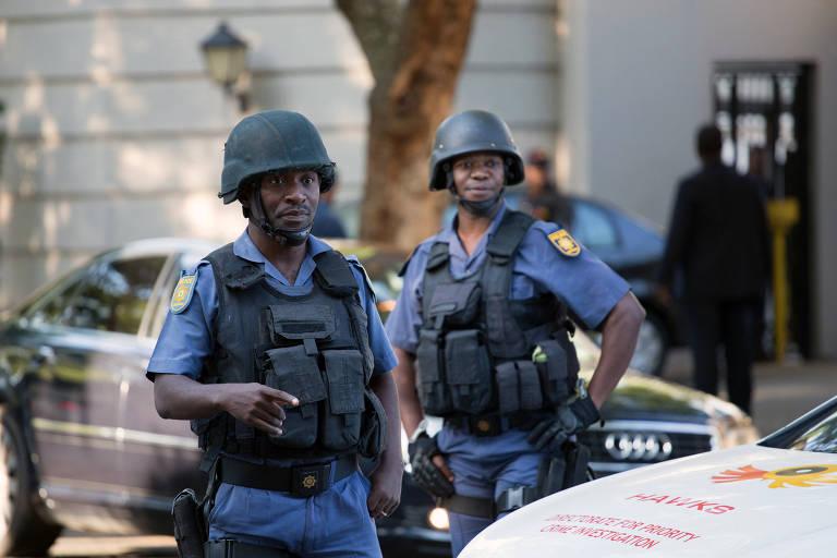 Polícia fecha rua na frente da casa da família Gupta, em Johanesburgo