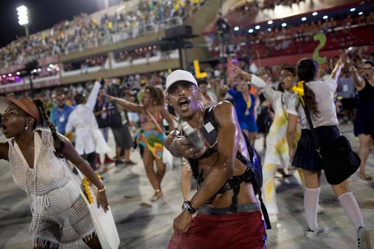 Na apresentação da Beija-Flor um dos carros encenou a violência cotidiana do Rio. Em uma encenação, alunos foram baleados; em outras apareciam crianças em caixões e policiais mortos