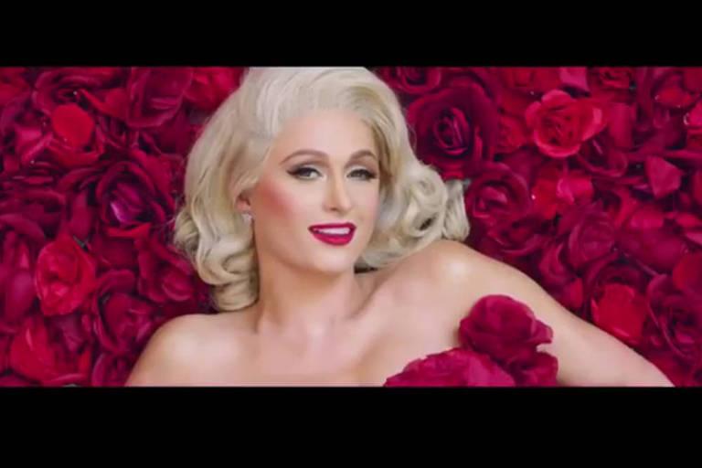 Paris Hilton nua coberta por rosas em videoclipe da música 'I Need You'