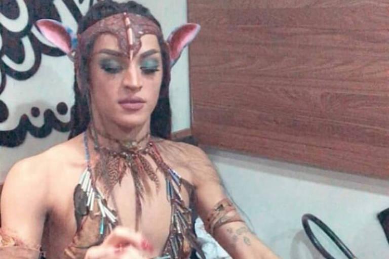 Pabllo Vittar surge morena e com fantasia inspirada em 'Avatar' no Carnaval