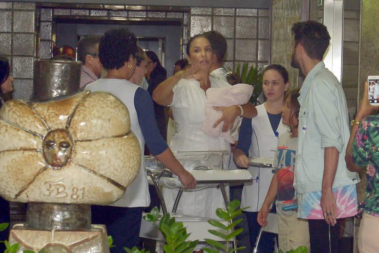 Ivete Sangalo e familia deixam Hospital Aliança em Salvador/BA