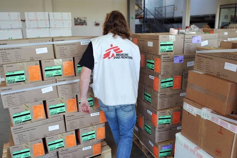 Funcionário da Médicos Sem Fronteiras no depósito da ONG em Bordeaux