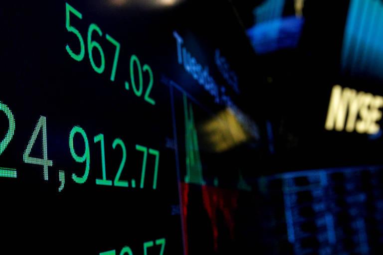Painel mostra índice Dow Jones após fechamento do dia 6 de fevereiro