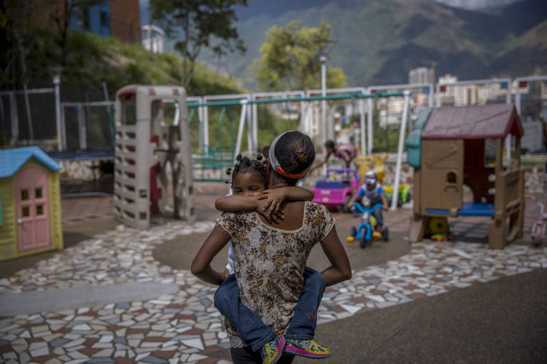 A venezuelana Dayana Silgado visita sua filha no orfanato Fundana, em Caracas