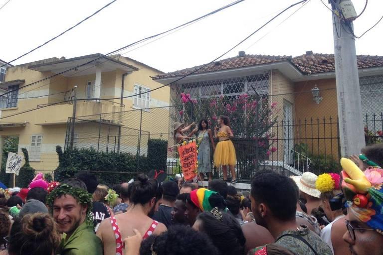 Folionas sobem nos muros de uma casa em Santa Teresa