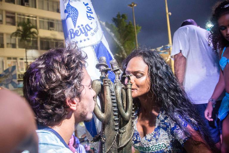 Selminha Sorriso beija troféu na quadra da Beija-Flor de Nilópoles