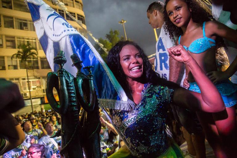 Porta-bandeira da Beija-Flor, Selminha Sorriso, ao lado de Troféu do Grupo Especial do Rio
