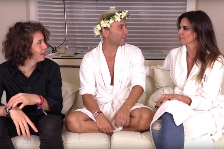 Luciana Gimenez e o filho Lucas Jagger durante entrevista a Matheus Mazzafera