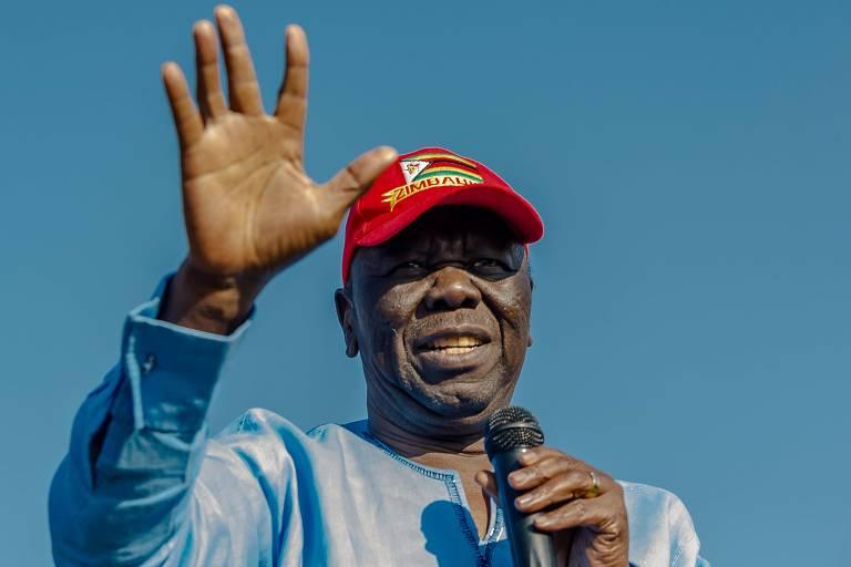O líder opositor do Zimbábue Morgan Tsvangirai acena com a mão esquerda para o público em seu último comício antes de morrer em Bulawayo, em setembro