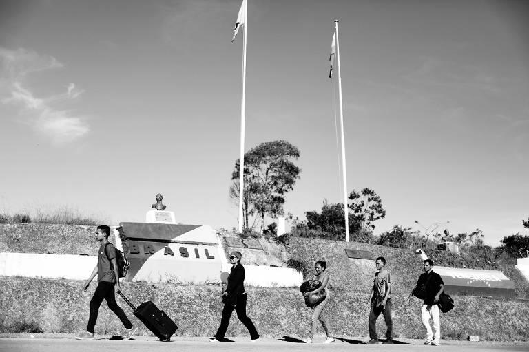 Venezuelanos atravessam a fronteira com o Brasil e chegam a Pacaraima, em Roraima