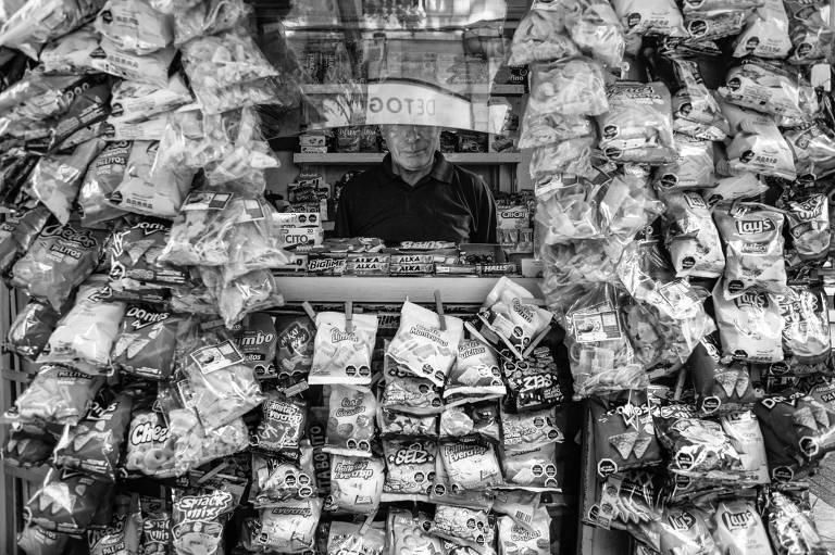 Quiosque em Santiago, no Chile, com salgadinhos com sinal que indica teor de açúcar, sal, calorias e gordura