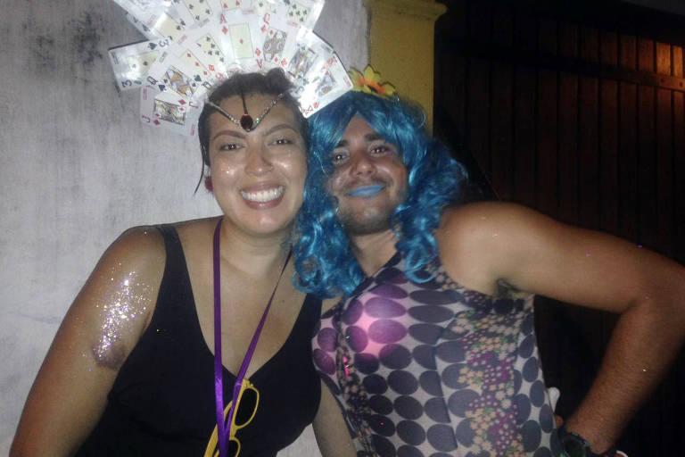 Foliona Nathália Almeida com o amigo Vagner Pessoa no bloco Me Enterra na Quarta, no Rio