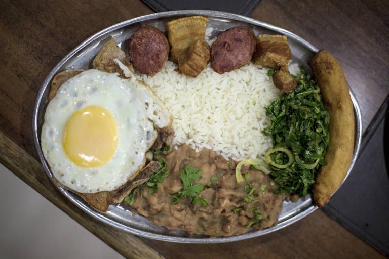 Virado à paulista servido no restaurante Salada Record, na região central de São Paulo