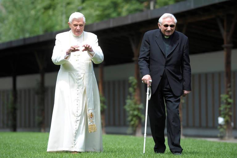 O então papa Bento 16 (esq.) ao lado de seu irmão Georg Ratzinger na cidade de Bressanone, na Itália