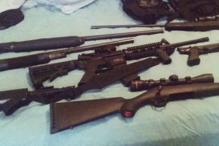 Imagem sem data de uma conta em rede social de Nikolas Cruz mostra diversas armas em sua cama