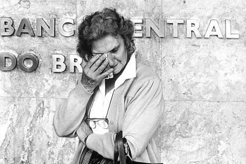 BRASIL, 23-03-1990: Maria Rodrigues chora na frente do Banco Central, por ter ficado com o dinheiro retido após vender a casa com a intenção de comprar outra, no confisco das cadernetas de poupança, no Plano Collor. (Foto: Antônio Gaudério/Folhapress)