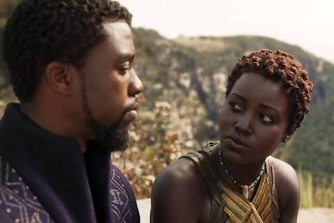 Chadwick Boseman e Lupita Nyong'o em cena do longa 'Pantera Negra', dirigido por Ryan Coogler